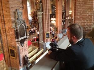 Min kollega Roger kollar kameran.