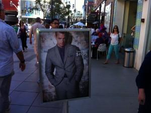 Herr Kinnaman är verkligen på tapeten, här på shoppinggatan i Santa Monica.