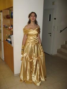 Min dotter Ella som har sytt klänningen själv.