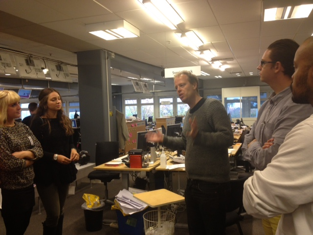 Martin visar runt på Sveriges största nyhetsredaktion.