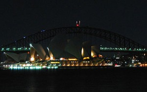 350px-Sydney_Harbour_Bridge_and_Opera_House_Earth_Hour